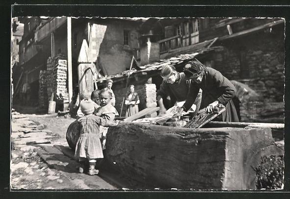 AK Kippel, Waschfrauen am Dorfbrunnen mit Kindern