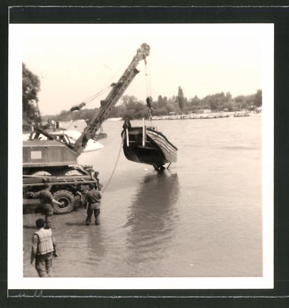 Fotografie Bundeswehr, Kran hebt Sturmboot aus dem Wasser