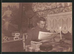 Fotografie 1.WK, Deutscher Offizier liest Zeitung im Unterstand
