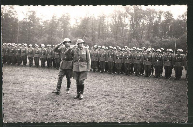Fotografie NVA, Offizier und Soldaten in Uniform mit Stahlhelm