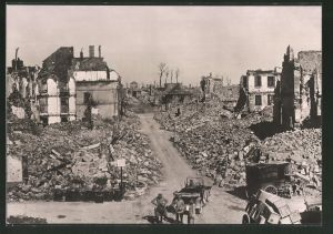 Fotografie Ansicht Longwy, Deutsche Soldaten in der zerstörten Stadt, 1.WK
