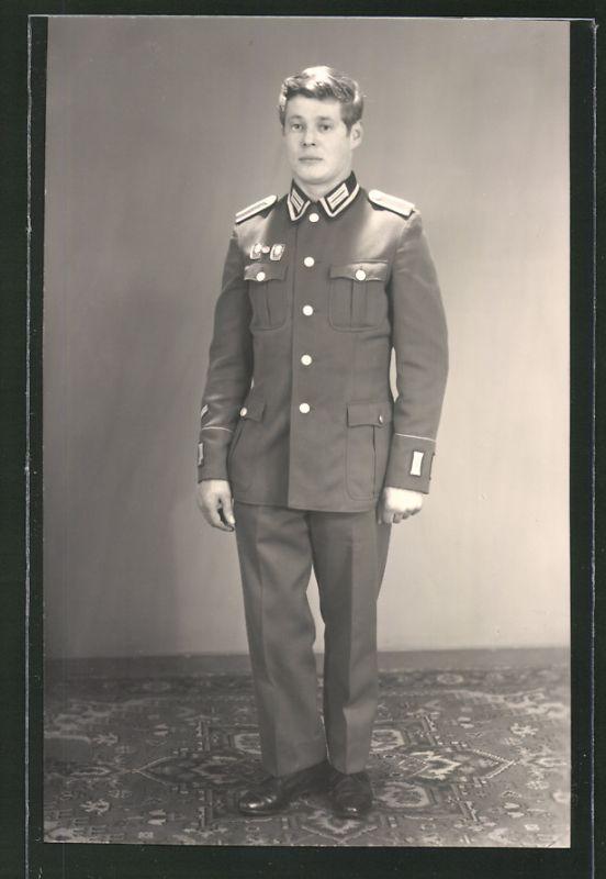 Fotografie NVA, Soldat in Uniform mit Orden