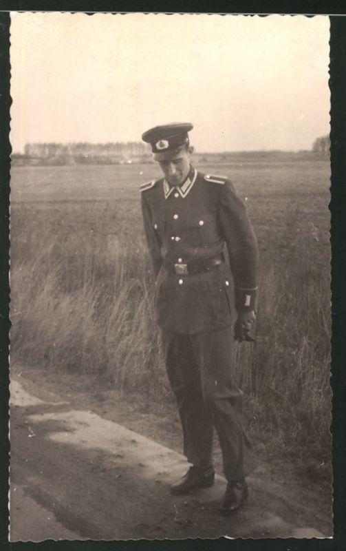 Fotografie NVA, Soldat in Uniform mit Schirmmütze