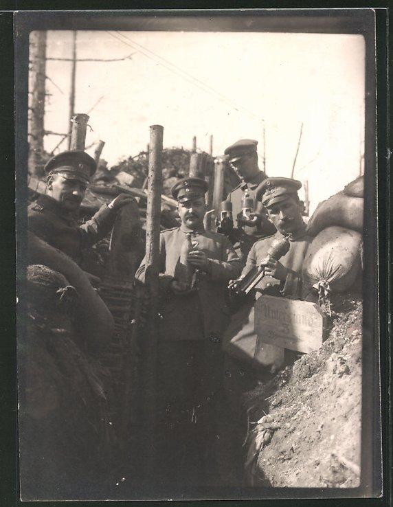 Fotografie 1.WK, Deutsche Soldaten mit Minenwerfer-Munition im Schützengraben