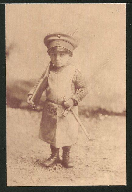 Fotografie 1.WK, Kleinkind als Soldat mit Gewehr und Schirmmütze