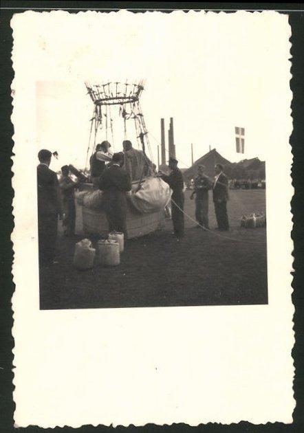 Fotografie Gasballon, Ballast wird vor dem Start abgelegt