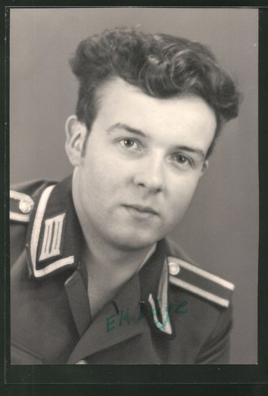 Fotografie NVA, Portrait Soldat der DDR in Uniform