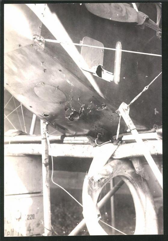 Fotografie 1.WK, Deutsches Flugzeug mit Einschusslöchern im Rumpf