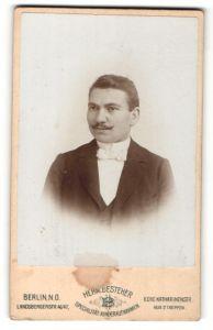 Fotografie Herm. Besteher, Berlin-NO, Portrait eleganter Herr mit Oberlippenbart