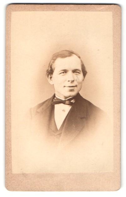 Fotografie Eduard Schütze, Halberstadt, Portrait Mann mit zeitgenöss. Frisur