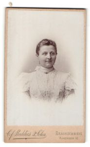 Fotografie C. F. Beddies & Sohn, Braunschweig, Portrait Frau mit zusammengebundenem Haar