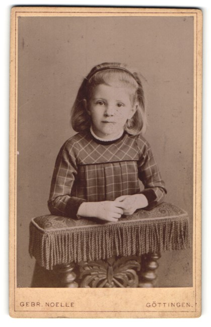 Fotografie Gebr. Noelle, Göttingen, Portrait kleines Mädchen mit Haarreifen