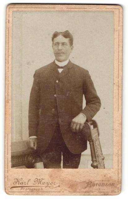 Fotografie Karl Meyer, Bevensen, Portrait Herr mit zeitgenöss. Frisur