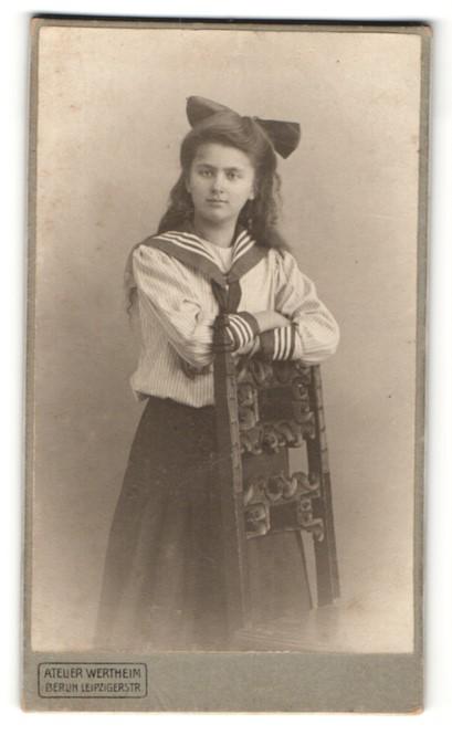 Fotografie Atelier Wertheim, Berlin, Portrait Mädchen in Matrosenkostüm mit Haarschleife