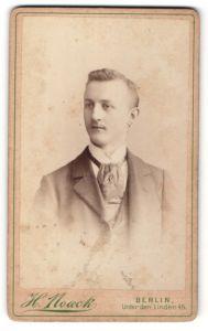 Fotografie H. Noack, Berlin, Portrait junger Herr in Anzug