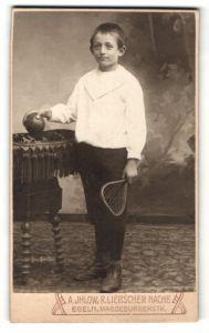 Fotografie A. Ihlow, Egeln, Portrait Bub mit Tennisschläger