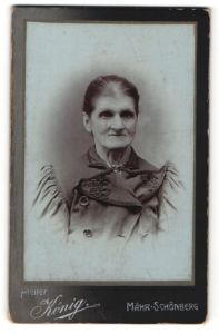 Fotografie Atelier König, Mähr-Schönberg, Portrait Greisin mit zusammengebundenem Haar