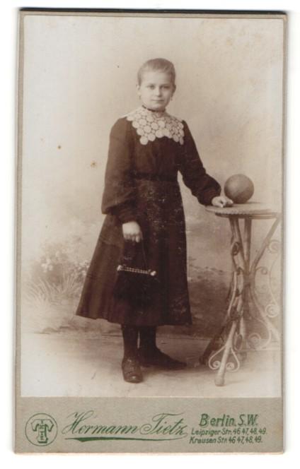 Fotografie Hermann Tietz, Berlin-SW, Portrait Mädchen in Kleid mit Handtasche