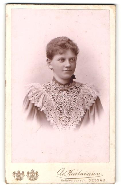 Fotografie Ad. Hartmann, Dessau, Portrait junge Frau mit zusammengebundenem Haar
