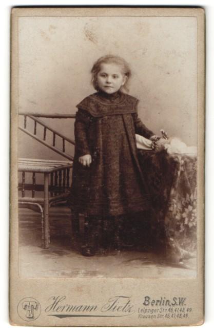 Fotografie Hermann Tietz, Berlin-SW, Portrait kleines Mädchen in Kleid