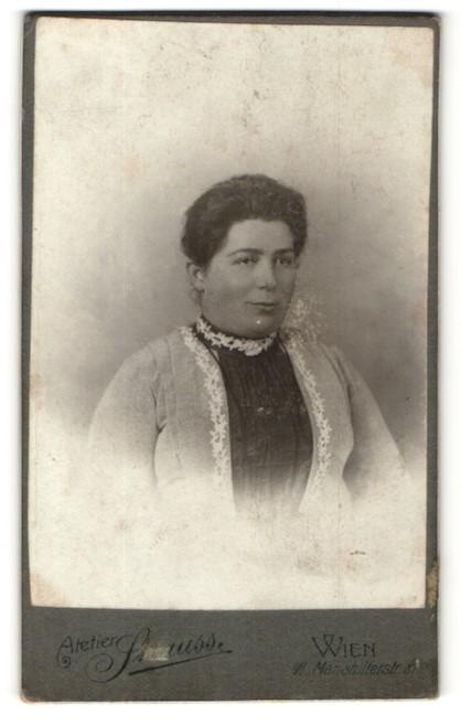 Fotografie Atelier Strauss, Wien, Portrait Dame mit zusammengebundenem Haar
