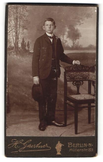 Fotografie H. Gaertner, Berlin-N, Portrait Bub in Anzug
