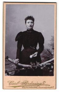 Fotografie Carl Brüning, Oldenburg, Portrait junge Frau in Kleid