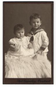 Fotografie Rud. Lichtenberg, Osnabrück, Portrait Kleinkind und älterer Bruder