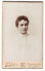 Fotografie W. Eilers, Oldenburg i. G., Portrait freundliche junge Frau in weisser Bluse