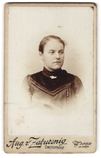 Fotografie Aug. v. Zabuesnig, Oberstdorf, Portrait junge Frau in edler Bluse mit Brosche