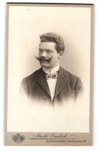 Fotografie Arnold Overbeck, Düsseldorf, Portrait Herr im Anzug mit Zwirbelbart