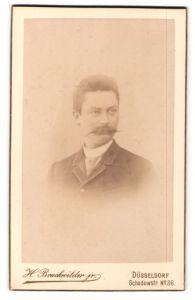 Fotografie H. Bruckwilder jr., Düsseldorf, Portrait Herr im Anzug mit Zwirbelbart