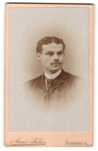 Fotografie Anna Feilner, Oldenburg i. Gr., Portrait junger Mann mit Mittelscheitel und Krawatte im gestreiften Anzug