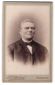 Fotografie T. J. Dickopf, Siegburg, Portrait stattlicher betagter Herr mit strengem Blick im Anzug