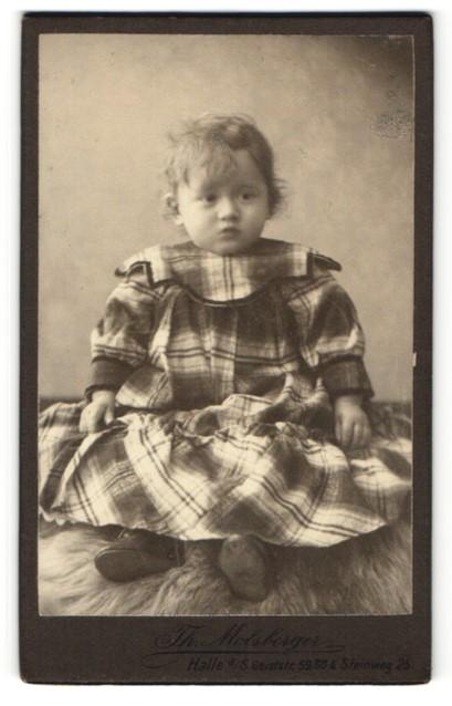 Fotografie Th. Molsberger, Halle / Saale, zuckersüsses kleines Mädchen im karierten Kleid und Schnürschuhen