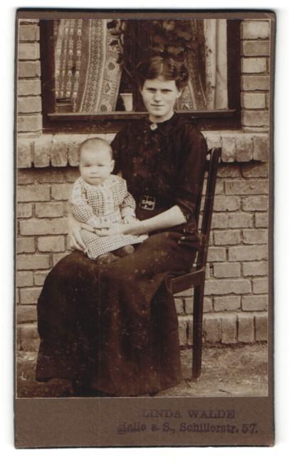 Fotografie Linda Walde, Halle / Saale, schöne Mutter mit süssem Baby vor einem Haus sitzend