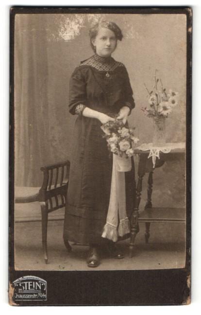Fotografie Atelier Stein, Berlin, hübsches Fräulein im tollen Kleid mit Blumenstrauss