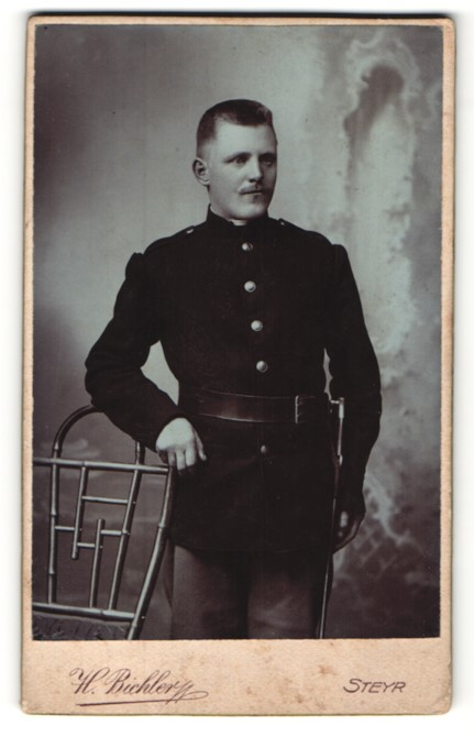 Fotografie H. Bichler, Steyr, Portrait junger charmanter Soldat in interessanter Uniform