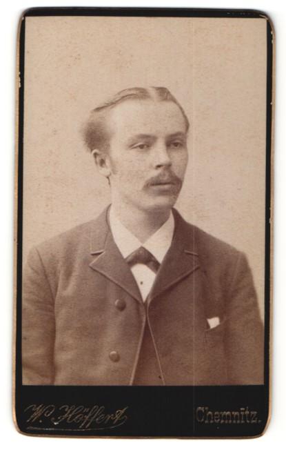 Fotografie W. Höffert, Chemnitz, Portrait charmanter blonder Mann mit Mittelscheitel im Jackett