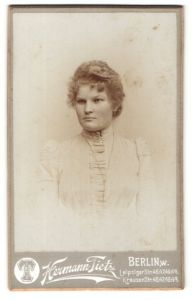 Fotografie Hermann Tietz, Berlin, Portrait Junge Frau in weissem Kleid