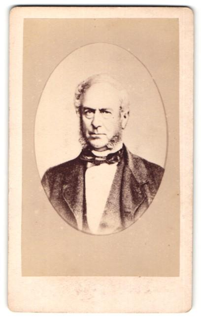 Fotografie Fotograf & Ort unbekannt, Portrait stattlicher betagter Herr mit Kotelettenbart im Anzug