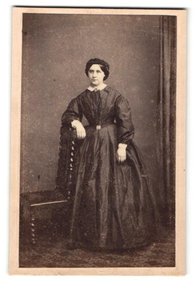 Fotografie Henry Death, Camberwell, dunkelhaarige Schönheit mit Flechtfrisur im prachtvollem Kleid