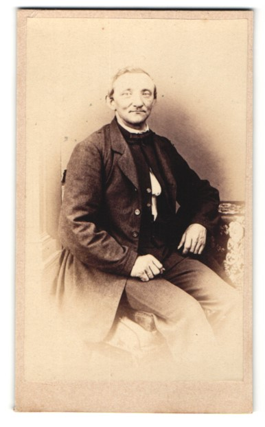 Fotografie Fotograf & Ort unbekannt, betagter lächelnder Herr im eleganten Jackett