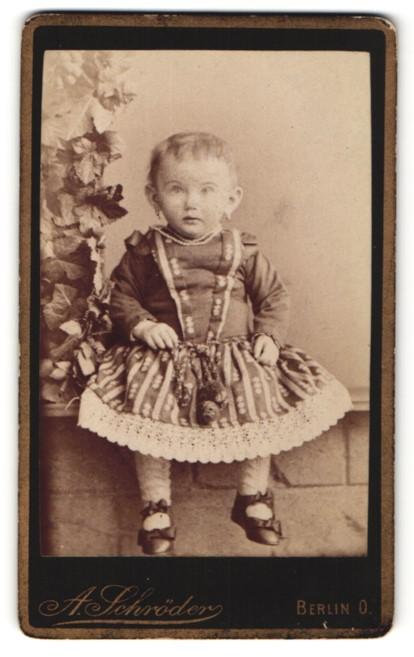 Fotografie A. Schröder, Berlin, zuckersüsses blondes Mädchen mit Ohrringen und Halskette im toll besticktem Kleid