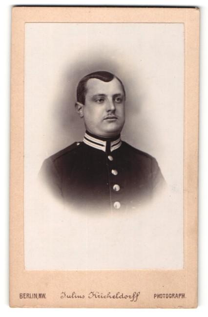 Fotografie Julius Kricheldorff, Berlin, Portrait junger dunkelhaariger Soldat in interessanter Uniform