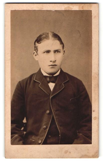Fotografie Müller, Gardelegen, Portrait charmanter junger Mann mit Mittelscheitel im edlen Jackett