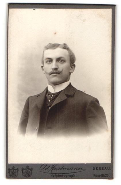 Fotografie Hartmann, Dessau, Junger Mann Scheitel und Schnurrbart