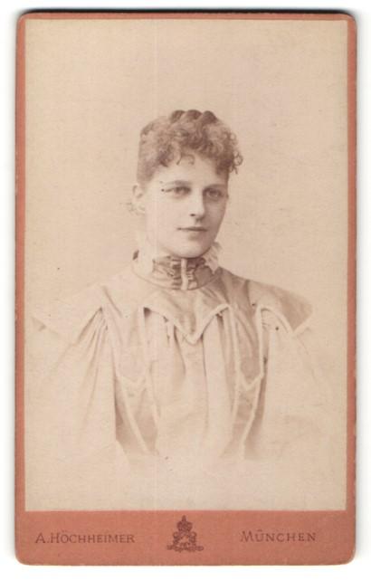 Fotografie A. Höchheimer, München, Junge Frau mit lockigem Haar