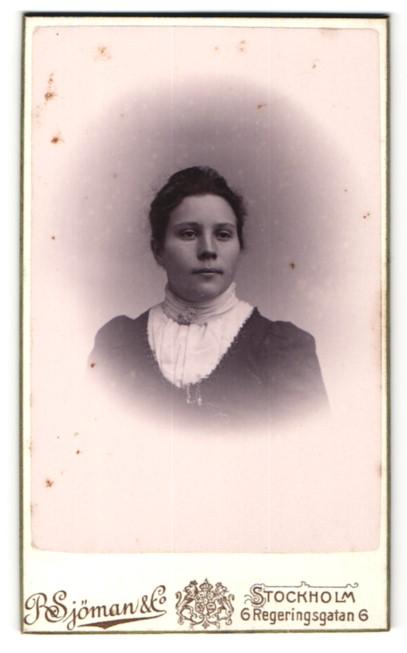 Fotografie R. Sjöman & Co, Stockholm, Portrait Frau mit Brosche am Kleid