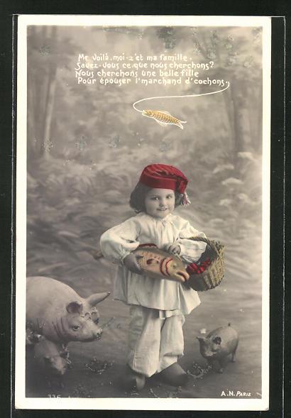 AK Kleiner Junge mit einem Korb, Fisch und zwei Schweinen